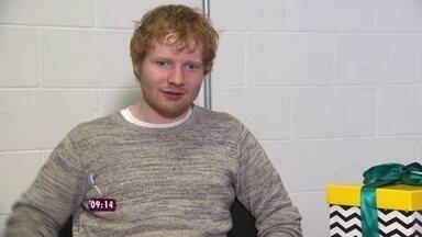Ed Sheeran conta o que achou do Brasil - Cantor mostra suas tatuagens em entrevista ao Mais Você