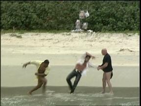 Orestes manda dois homens agredirem Ralf - Suzane fica apavorada e Marcos também assiste tudo de longe