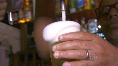 Entenda quais são os efeitos do álcool no organismo - Especialistas explicam que quanto maior o teor alcoólico, menor a quantidade de bebida no copo. Médico explica quais são os efeitos do álcool no organismo.
