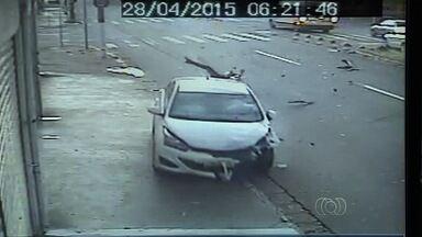 Motociclista arremessado em batida morre após ficar dez dias internado em Goiânia - Jovem de 22 anos estava em estado gravíssimo desde o acidente. Vídeo mostra quando veículo da vítima colide contra carro.