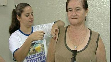 Moradores recebem vacina contra gripe em Cachoeiro de Itapemirim, ES - Adesão foi tão grande que teve até fila para tomar o medicamento.