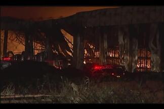 Incêndio em galpão pode durar mais dois dias, dizem Bombeiros - Fogo começou na manhã de sexta-feira (8) em Uberlândia. Segundo bombeiros, armazém estima prejuízo de R$ 68 milhões.