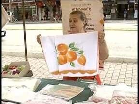 Feira de economia solidária é realizada em Governador Valadares - Objetivo é incentivar a produção de artesanato na região.