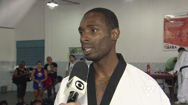 Diogo Silva visita projeto social em São Vicente - Destaque do taekwondo brasileiro esteve no bairro do Jockey Clube, em São Vicente, para participar de um projeto social na escola municipal Antonio Pacífico.