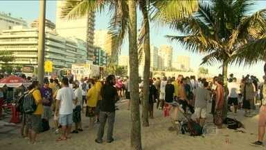 """Manifestantes participam da """"Marcha da Maconha"""" na orla de Ipanema - Cerca de dois mil ativistas participaram do ato, segundo a Polícia Militar. Já os organizadores disseram que oito mil pessoas estiveram na marcha."""