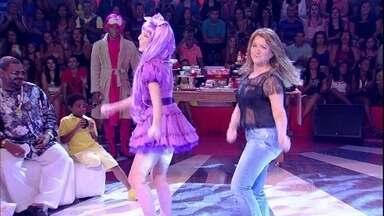 Divirta-se com o Calourão especial de Dia das Mães - Assistentes de palco do programa dançam com suas mamães; confira!
