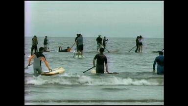 Grupo realiza remada coletiva em protesto a lama na Praia do Cassino, RS - Mais de 40 pessoas participaram do ato.