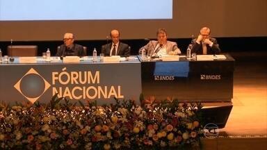 Economistas e sociólogos apresentam lições de crescimento para o país - No primeiro dia do Fórum Nacional que discute anualmente os caminhos do desenvolvimento, economistas e sociólogos apresentaram lições de crescimento para o Brasil.