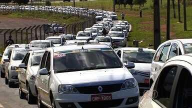 Taxistas protestam contra a morte de colega e cobram segurança em Goiás - Categoria saiu em carreata por ruas de Goiânia para atrair atenção da PM. Taxista de 33 anos foi morto a tiros após sair para buscar passageiro.
