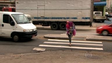 Moradores reclamam da falta de semáforo e calçada em avenida da Zona Leste - Avenida Nordestina, na Vila Nova Curuçá, tem grande número de acidentes devido à falta de estrutura para os pedestres e passageiros de ônibus.