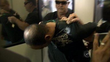 """Quatro mulheres identificam 'maníaco da faca' em Jundiaí, informa delegado - O homem que ficou conhecido em Jundiaí (SP) como """"maníaco da faca"""", depois de esfaquear mulheres em estacionamentos da cidade, foi identificado por quatro vítimas, informou a polícia nesta segunda-feira (18). De acordo com o delegado Luís Carlos Duarte, o homem agia sempre à noite e com muita violência."""
