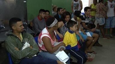 Pacientes lotam Cais à espera por atendimento médico, em Goiânia - Pacientes reclamavam que aguardavam há mais de oito horas a unidade de saúde no Setor Chácara do Governador.