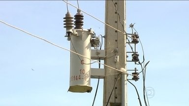 Distribuidoras de energia recebem mais de 28 milhões de reclamações em 2014 - O brasileiro ficou em média 17 horas sem luz em 2014. Foram mais de 28 milhões de reclamações. A Agência Nacional de Energia Elétrica cobrou explicação das empresas.