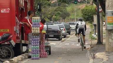 Ciclistas encontram dificuldades para trafegar em Belo Horizonte - A capital deveria ter, desde 2012, 102 quilômetros de ciclovias. Mas, atualmente, são pouco mais de 70 quilômetros.