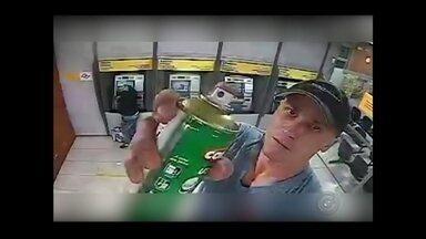 Polícia divulga vídeo de furto em agência bancária de Itápolis - A polícia divulgou vídeo e fotos nesta segunda-feira (18) que mostram a ação de dois homens suspeitos de furtar uma agência bancária, no fim de semana, no centro de Itápolis.