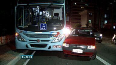 Acidente de trânsito deixa 15 feridos no Bairro Dionísio Torres - Colisão envolveu dois ônibus e um carro.