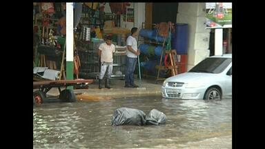 Chuva alaga trecho da Av. Tapajós e causa transtornos a comerciantes - Motoristas tem dificuldades de transitar em meio a tanta água.