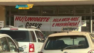 Funcionários do Hospital Universitário de Cascavel paralisam atendimentos - Segundo os grevistas, casos mais graves são atendidos.