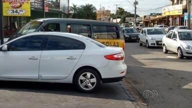 Telespectadores flagram infrações no trânsito, na Região Metropolitana de Goiânia - Os motoristas estacionam em locais proibidos e até sobre as calçadas.