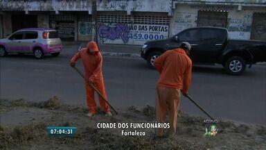 Trabalho de limpeza de ruas é intensificado para evitar foco de dengue, em Fortaleza - Bairros da Regional VI tem recebido serviços de limpeza das vias e lagoas.
