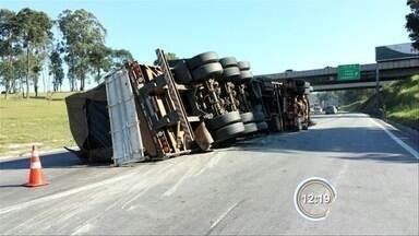 Caminhão tomba na Fernão Dias - Carga de madeira ficou espalhada na pista.