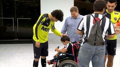 Brilhando no Atlético-MG, Luan conhece Lucas, um fã especial do jogador e do Galo - Menino de seis anos, com deficiência física, tem Luan como um de seus grandes ídolos