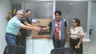 Rede Amazônia entrega prêmio a pintor de Porto Velho - Uma TV foi entregue a um dos pintores participante do 2º Concurso de Pintura da 17ª Brigada do Exército.