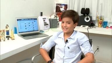 Garoto de 14 anos cria aplicativo e fatura R$ 100 mil por mês - Tem gente que começa a ganhar dinheiro bem antes de entrar na universidade. É o caso do David, de 14 anos, que inventou um aplicativo para vender material escolar na internet.