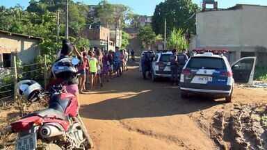 Corpo de homem é encontrado degolado e carbonizado no ES - Polícia acredita que vítima foi morta em outro lugar.Moradores do bairro Campina Grande ficaram assustados.