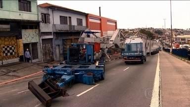 Carrega gigante interrompe trânsito na Zona Sul de São Paulo - O veículo está tampando a passagem entre a capital paulista e a saída para a Baixada Santista.