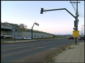 Sinaleiras sem funcionamento preocupam motorista - No Distrito Industrial os semáforos estão há mais de um mês sem funcionar.