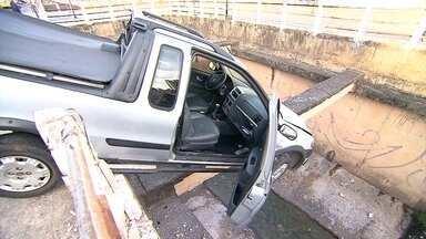 Carro fica pendurado sobre córrego na Avenida Bernardo Vasconcelos, em Belo Horizonte - O acidente aconteceu na madrugada deste sábado (30). O motorista bateu na mureta e por sorte o veículo ficou apoiado em uma das vigas sobre o córrego.