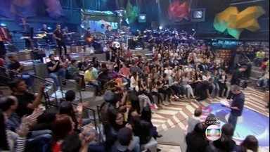 Zezé Di Camargo & Luciano se apresentam no programa Altas Horas - Dupla canta o sucesso 'Sonho de Amor'