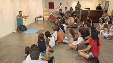 """Crianças experimentam uma manhã de contação de histórias, pintura, desenho e teatro - Conheça a iniciativa do """"Domingo Diferente""""."""