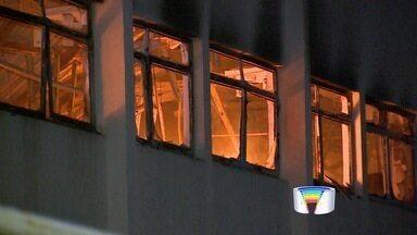Incêndio atinge fábrica de autopeças em Caçapava, SP - Segundo Bombeiros, fogo tomou conta do setor de forros na fábrica. Fogo foi controlado no local por volta das 21h; ninguém ficou ferido.