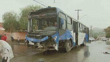 Ônibus invade casa após se envolver em acidente com táxi em Campinas - No domingo, muito trabalho para os moradores que tiveram que tirar os escombros.