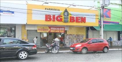 Bandidos arrombam farmácia no Centro de Campina Grande - O estabelecimento fica em frente a um trailer a PM que estava fechado no momento do crime.