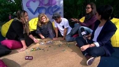 Sabe o que é mindfulness? Psicóloga explica como funciona a técnica - Zeca e Cissa brincam de tentar montar quebra-cabeça no estúdio do Mais Você
