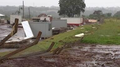 Temporal causa estragos em prédio em construção da UEMS em Campo Grande - Em vários pontos da cidade, casas foram destelhadas e árvores arrancadas