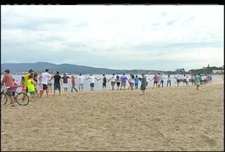 Abraço simbólico na Lagoa de Araruama, no interior do Rio, aconteceu neste domingo - Objetivo é destacar a preservação da lagoa.