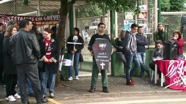 Professores fazem manifestação em frente ao Colégio Marins em Paranavaí - Muitos alunos que foram para o Colégio acabaram ficando para fora. A APP Sindicato informou que não impediu a entrada de estudantes e professores.