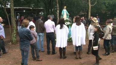 Festa do Bosque reúne centenas de fieis no distrito da Graciosa - A festa foi ontem, no bosque ao lado da igreja. Violeiros tocaram durante missa festiva.