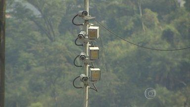 Começam a funcionar 19 radares na Rodovia Fernão Dias, que liga Minas a São Paulo - Os novos equipamentos já haviam sido instalados há cerca de um ano, mas ainda não estavam multando.