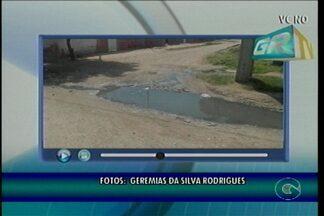 Moradores do Bairro São Gonçalo, em Petrolina, reclamam de esgoto estourado - Os moradores improvisaram um jeito para que ninguém caia no buraco formado pelo esgoto.