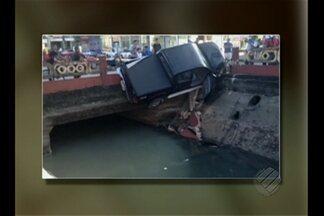 Carro fica pendurado em mureta de canal da avenida Visconde de Souza Franco, em Belém - Segundo testemunhas, esse acidente aconteceu por volta das 5h30 de domingo (31).
