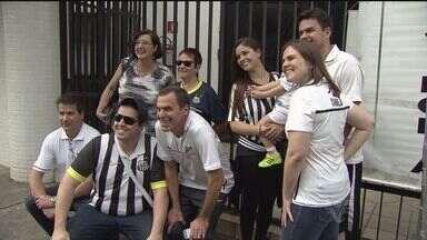 Confira os bastidores da torcida do Santos no empate contra o Sport - A manhã de domingo foi diferente para os torcedores do Santos. O time jogou na Vila Belmiro, às 11h. E mesmo sendo um horário nada comum para os jogos do Brasileirão, o estádio recebeu mais de 13 mil torcedores.