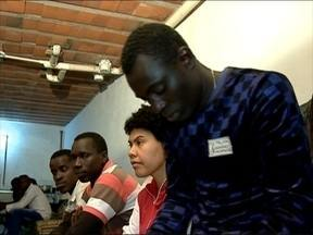 A chegada de seis senegaleses aumenta a preocupação para acolher os imigrantes - A cidade já tem três mil imigrantes, e os alojamentos estão quase lotados.