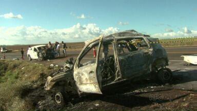 Cinco pessoas morrem em grave acidente neste feriado - O acidente foi perto de Tamarana, na região norte do estado. Cinco pessoas morreram e outras duas ficaram gravemente feridas.