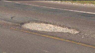 Motoristas enfrentam transtornos na BR-376, em Garuva. - Moradores da região reclamam das condições precárias da estrada.