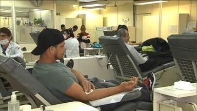 Doações de sangue no mês de junho caem 30% - Neste momento no maior hemocentro da América Latina, no Hospital das Clínicas em São Paulo, a quantidade de sangue no estoque dá apenas para dois dias. Faltam novos doadores. A grande maioria dos que estão lá são antigos frequentadores.